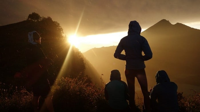 Sunrise and silhouettes at mt rinjani lombok - Sunrise and silhouettes at mount rinjani trek
