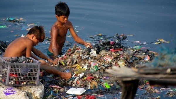 2 children sieving out rubbish in the river | Slums in Manila| Homelessness in the Philippines