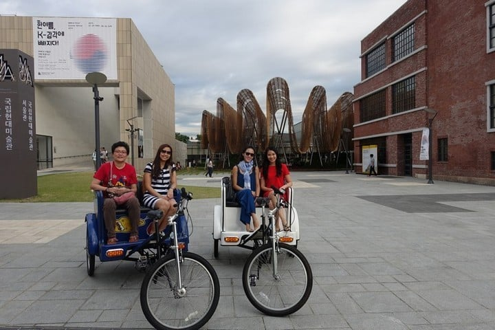 mode of transportation - Group photo in front of Art museum