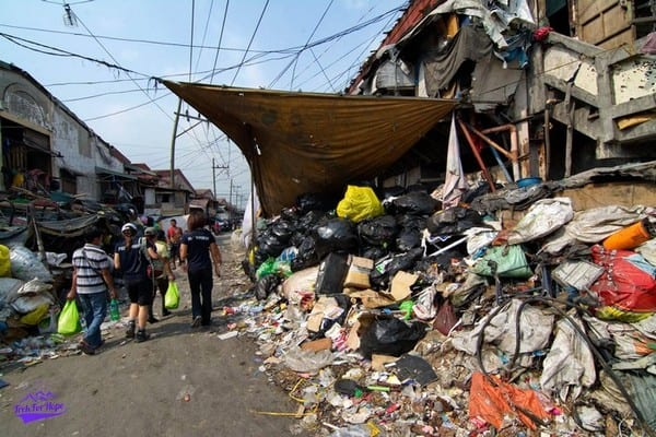 going pass the mountains of rubbish in Happy Land, the livelihood of these people | Slums in Manila