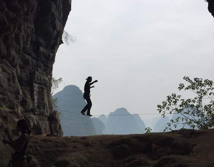 Slacklining in Yangshuo China | Natural rock climbing in China