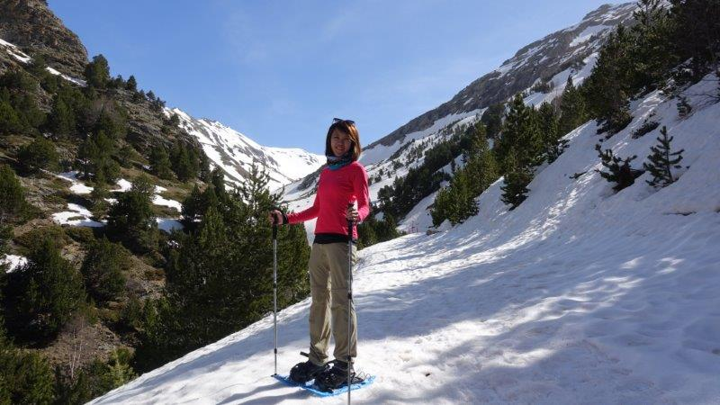 Looking very pleased with my snowshoe progress. As you can see, I am only in 1 thin long sleeve thermal layer ( Columbia brand, very good). The sun and hiking strain gets to you after a while and its better not to overdress or under.